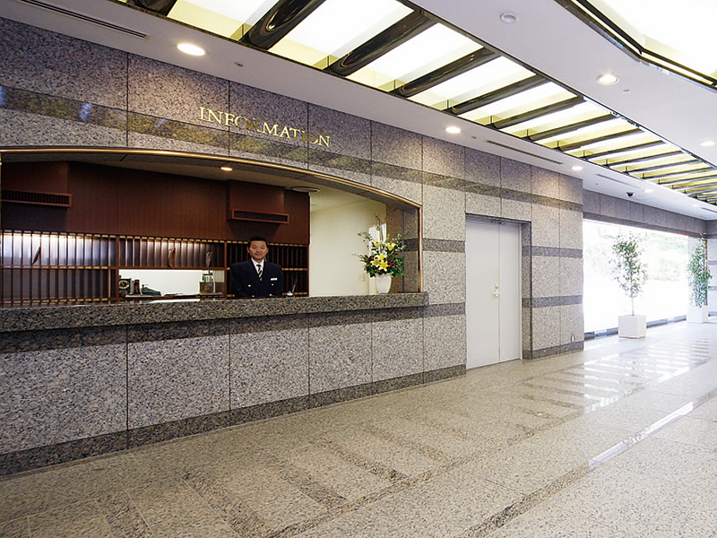 the Gotenyama Trust Court makes a reality a hotel-like lifestyle that comes complete with bilingual front desk services.