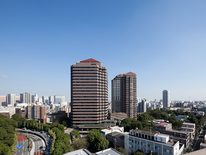 """The office building featuring rich nature and steeped in history, """"Gotenyama Trust Tower,"""" realizes a productive work life."""
