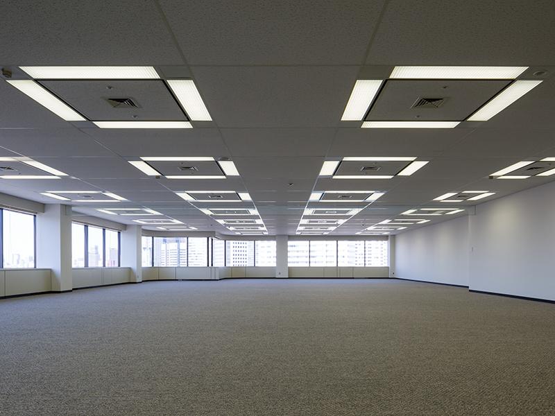 1フロア約500坪、全方位採光の開放的なフロアプラン。心地よい空間が広がります。