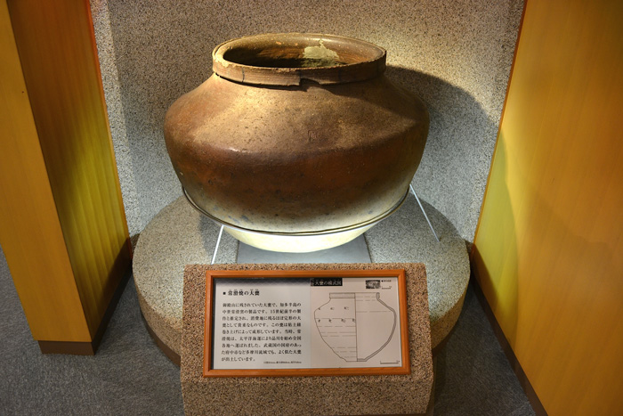 This is a big tokoname-yaki jar from the first half of the 15th century discovered in Gotenyama. It is thought to have been brought to the port town of Shinagawa via ocean transportation. *Owned by the Shinagawa Historical Museum