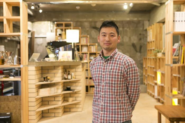 """「かつて旅の起点だった品川で、""""旅に行きたくなるカフェ""""をつくりたかったんです」と代表の佐藤亮太さん。"""
