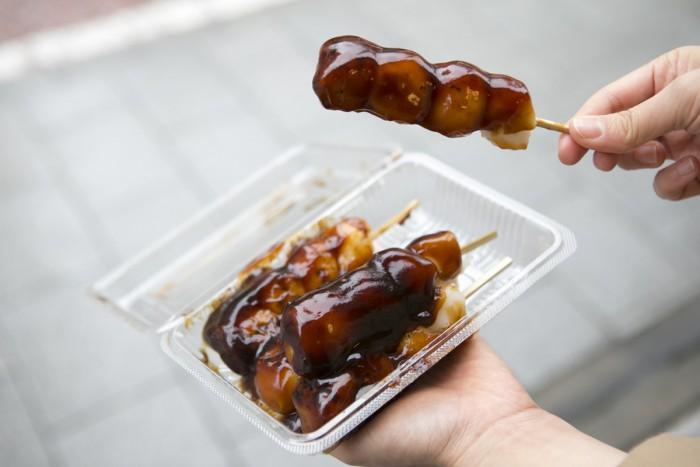 """「枡翁軒」の名物""""焼き団子""""は5本セットで500円。"""
