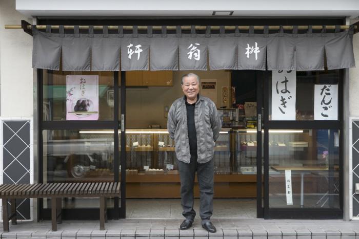 岩瀬さんとの会話を楽しみに店へ通う人も多い。