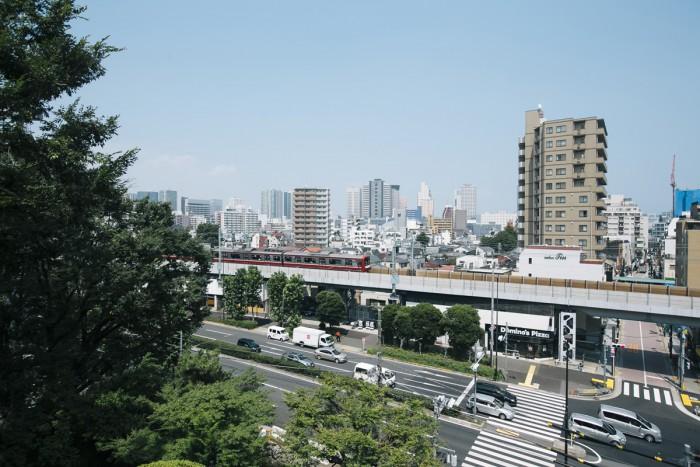 品川富士からの景色。京急が走るのが見えます。