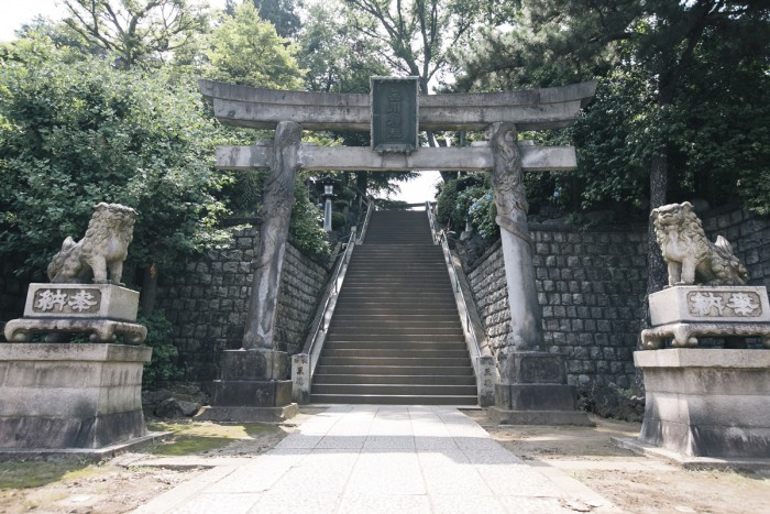 品川神社例大祭では53段の急な石段を神輿が上り下りします。