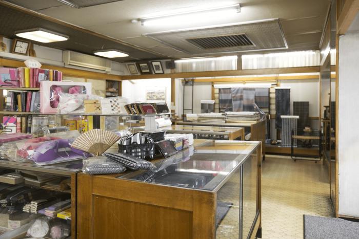 店内には反物や帯、和装小物などがずらり。