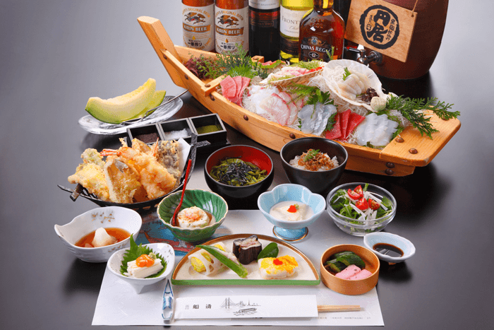 The Japanese food course on the pleasure boats features tempura or sashimi.