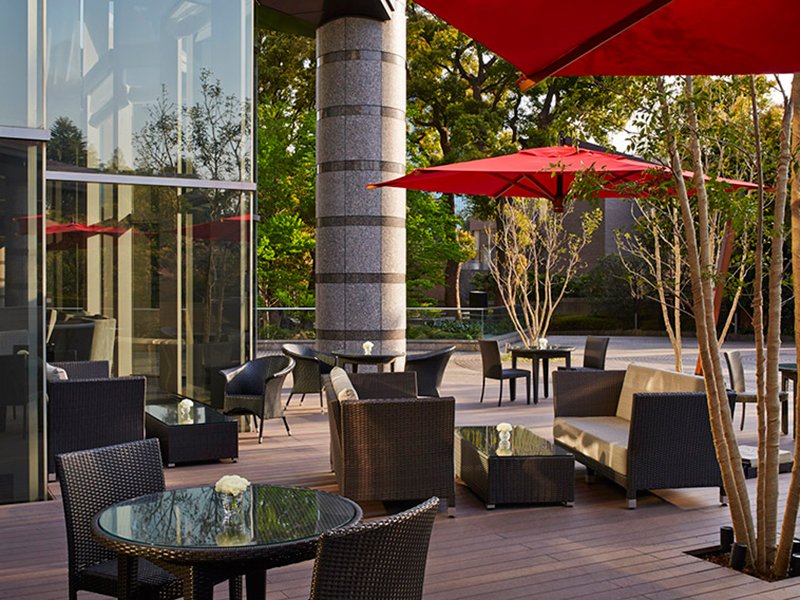 Fully enjoy the moments particular to the season in the terrace seating of the Sakura Terrace overlooking the Gotenyama Garden, taking in the changes of the seasons as you enjoy delicious dishes and drinks.