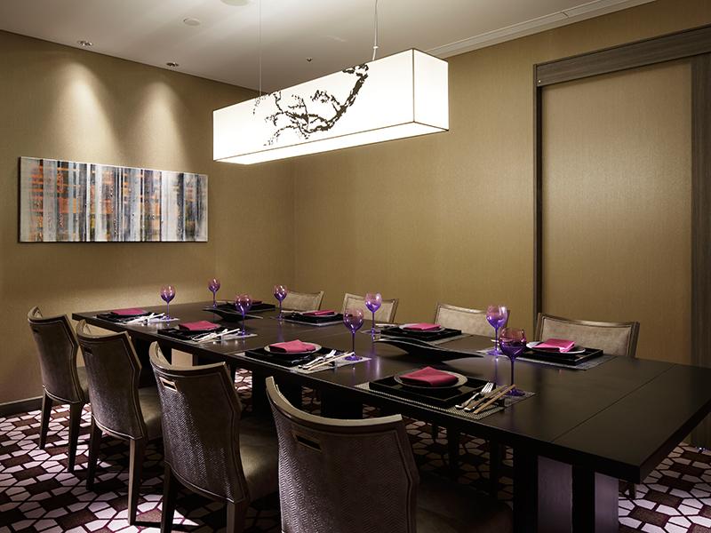 店内には3つのプライベートルームもあり、ビジネス・ミーティングやご家族・ご友人の集まりなどに最適です。