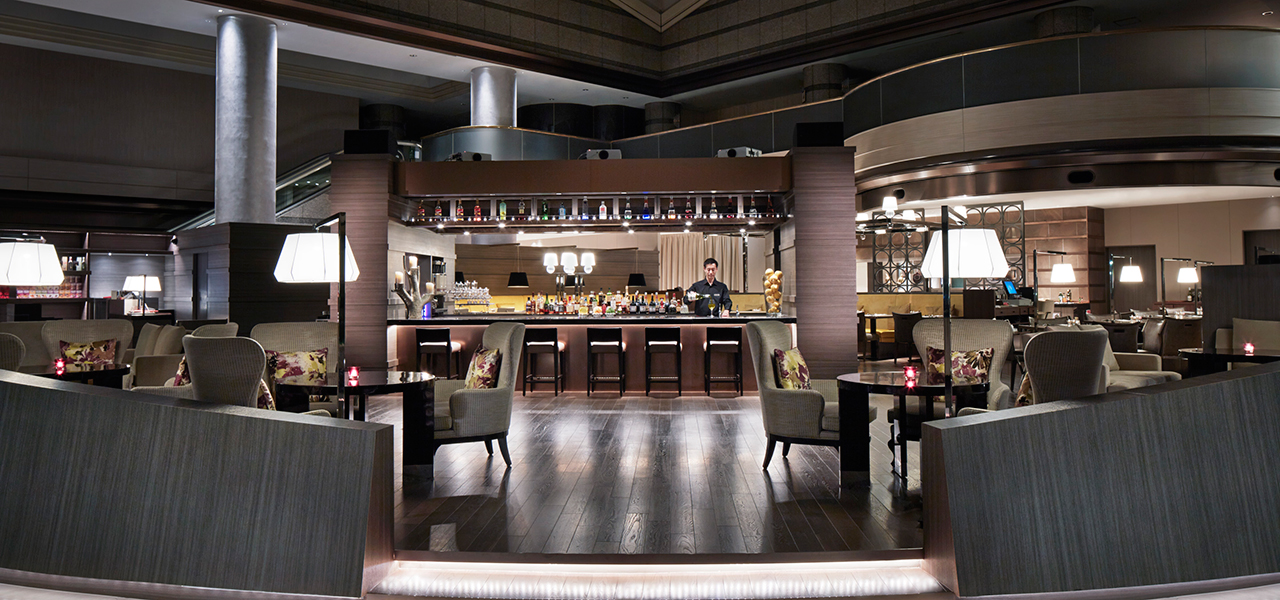 "The vast lobby atrium incorporates a restaurant, lounge, bar, and shops to create a new dining space based on the concept of a ""Great Room"" in Tokyo Marriott Hotel."
