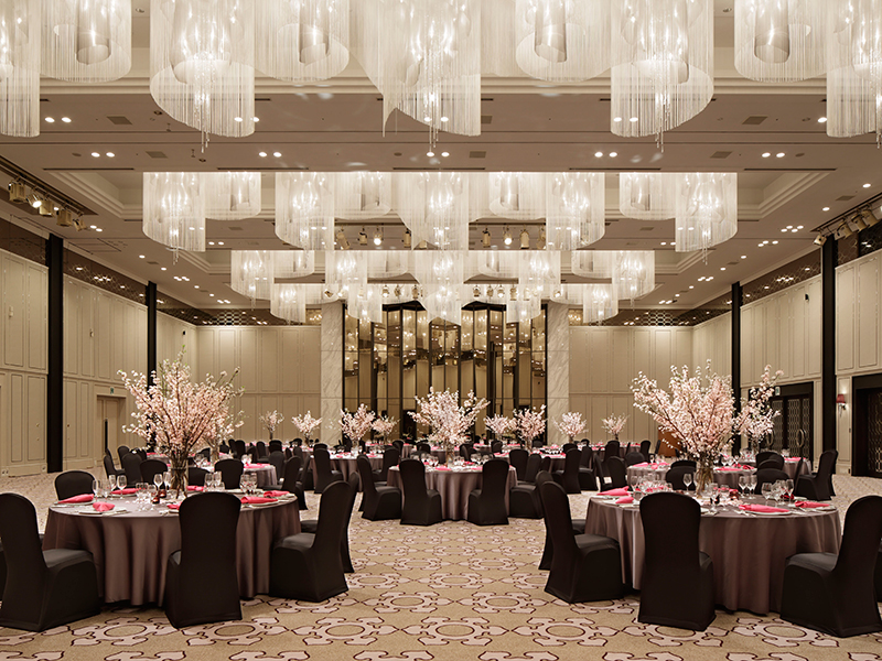 There are a total of 13 large and small meeting rooms and banquet halls, beginning with a large banquet hall where international conferences and events can be held.