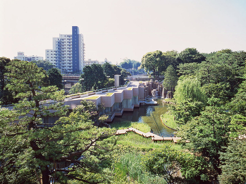 The Gotenyama Garden boasts a vast space of about 6,800 square meters, and although it is in the city center, it is filled with invigorating green space.