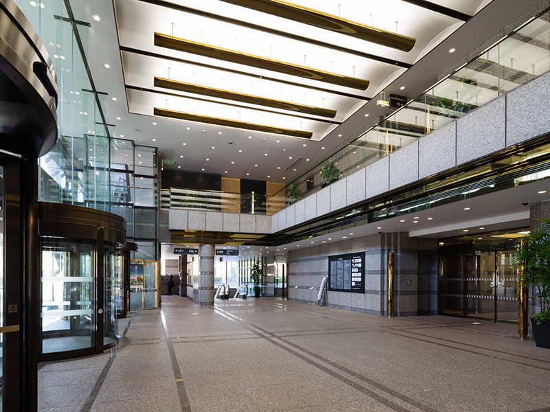 Office workers are greeted with an entrance hall featuring high ceilings. The latest information on Gotenyama Trust City is published in the Times, with is available in the brochure rack.