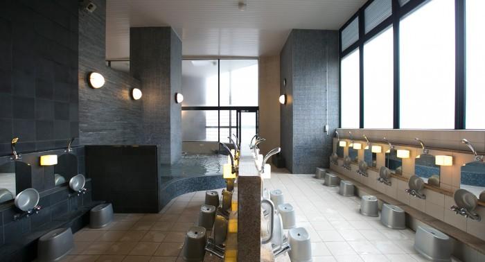 大浴場は、タイルを多用した落ち着いた空間。