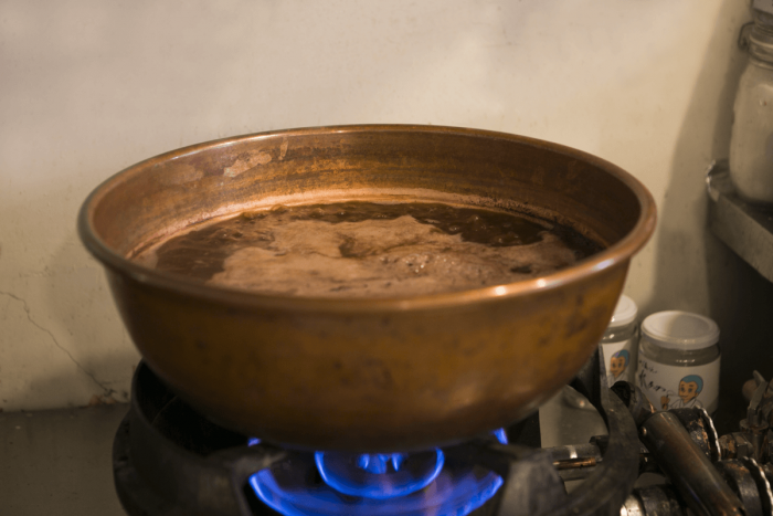 The an filling is made by hand in a copper pot, which has high heat conductivity.