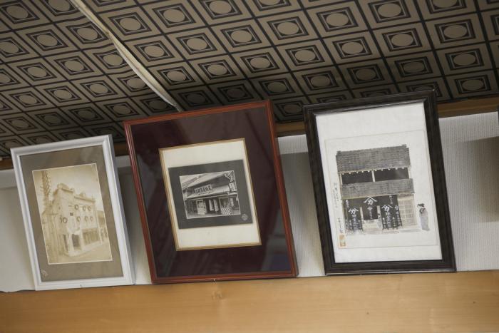 「尾張屋」の歴代店舗の写真や絵が飾られています。