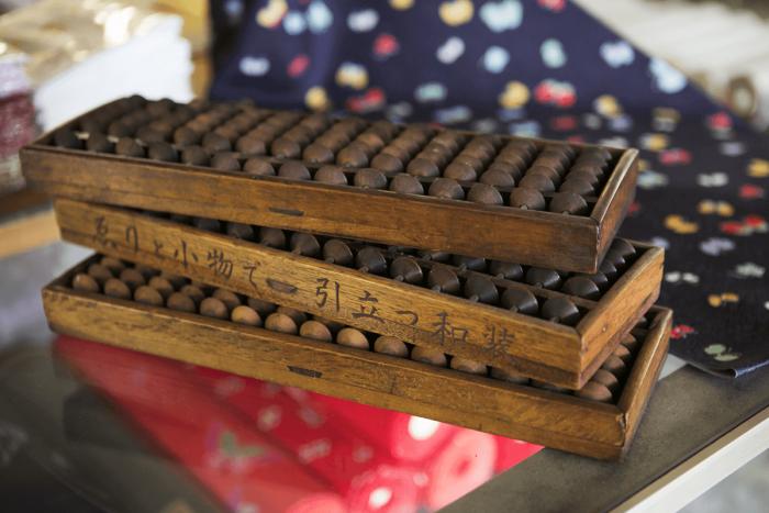 「ゑりと小物で引き立つ和装」と刻まれた五つ珠の算盤を発見。