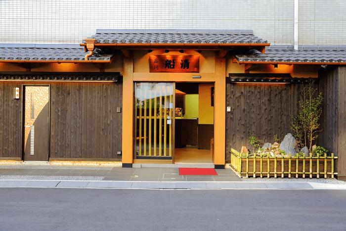 建物の入り口は料亭のような雰囲気。