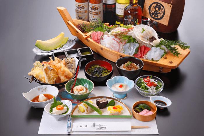 屋形船はてんぷらや刺身を中心とした和食コース。